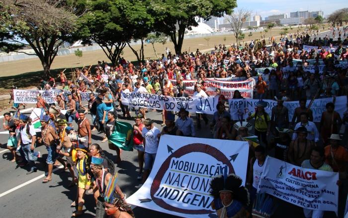 Marcha do 13º Acampamento Terra Livre, organizado na semana passada, em Brasília. Principal reinvindicação de mais de mil indígenas que estiveram na capital federal foi a continuidade das demarcações | Alan Azevedo - MNI