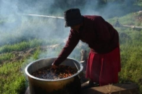 Préparation de l'huile de palme au Kenya.