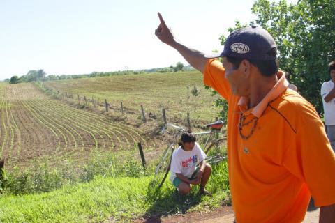 Índio aponta área que forma a terra que foi demarcada pela Funai e que teve o ato anulado pelo juiz. (Foto: Hédio Fazan)