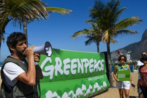 Nilo D'Ávila fala durante protesto contra a abertura da zona de Renca, na praia de Ipanema, no Rio de Janeiro, no dia 27 de agosto de 2018 - AFP