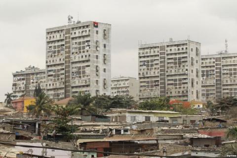Foto: Siphiwe Sibeko (Reuters) - Foto de uma área de Luanda, capital de Angola, em 2012.