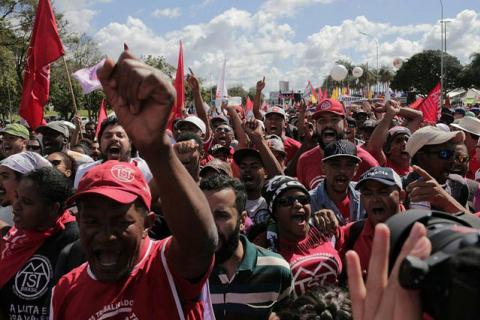 Os manifestantes que agora descansam e voltam para casa demonstraram o tamanho da ousadia e coragem de enfrentar um governo ilegítimo. / Mídia Ninja